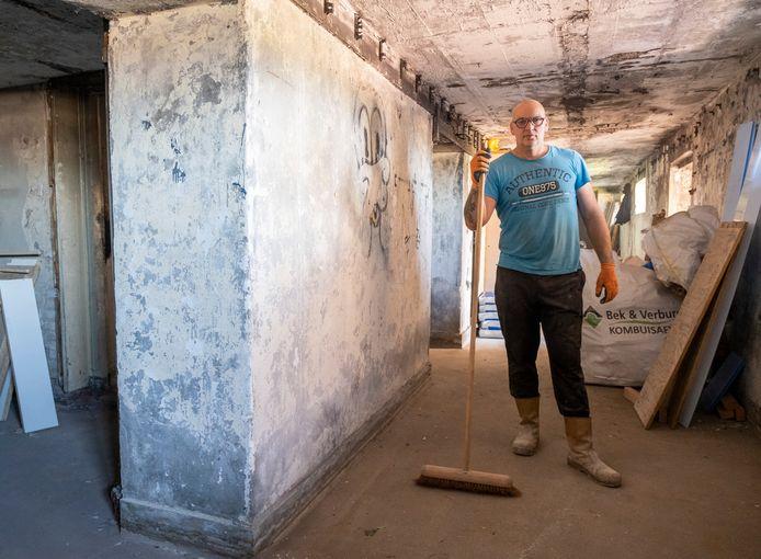 Patrick Sloot in de bunker bij het gebouw van het Loodswezen dat komende winter wordt opgeknapt tot expositieruimte.