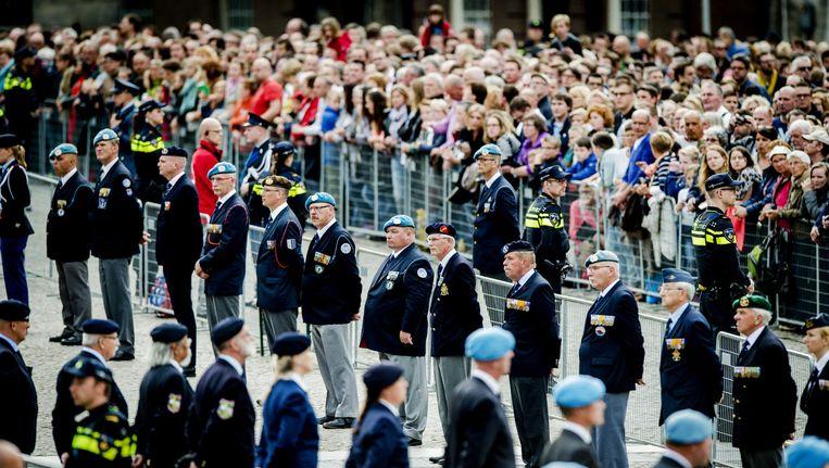 Veteranen staan in de rij tijdens de Dodenherdenking op de Dam. Beeld ANP