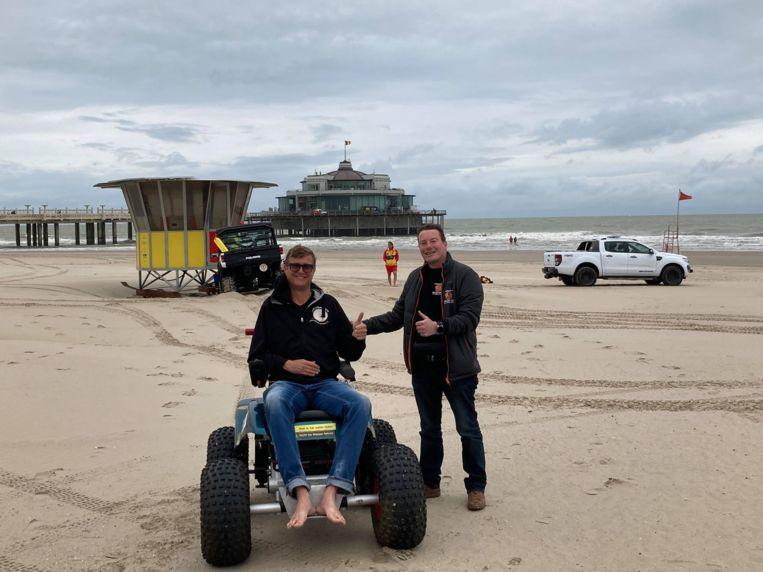 Een elektrische strandrolstoel op het strand van Blankenberge.