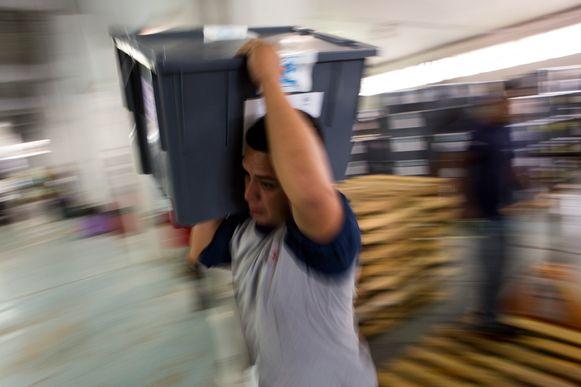 Een man brengt een stembus naar zijn plek in Guatemala-Stad.