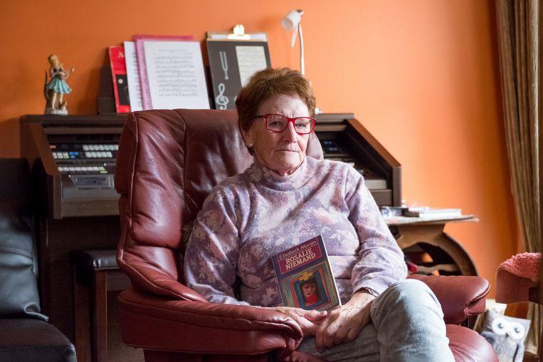 Liliane Stynen met een exemplaar van 'Rosalie Niemand'. Haar derde boek vertelt hoe Rosalie Niemand iemand werd.