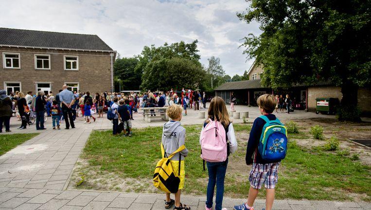 Kinderen komen aan op een basisschool in Den Bosch. Beeld anp
