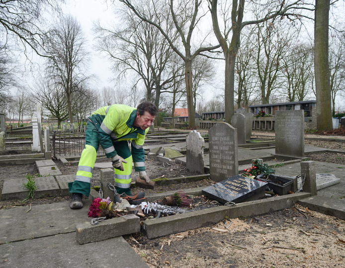 Afgewaaide takken hebben schade aangericht aan graven in Zierikzee en Brouwershaven.