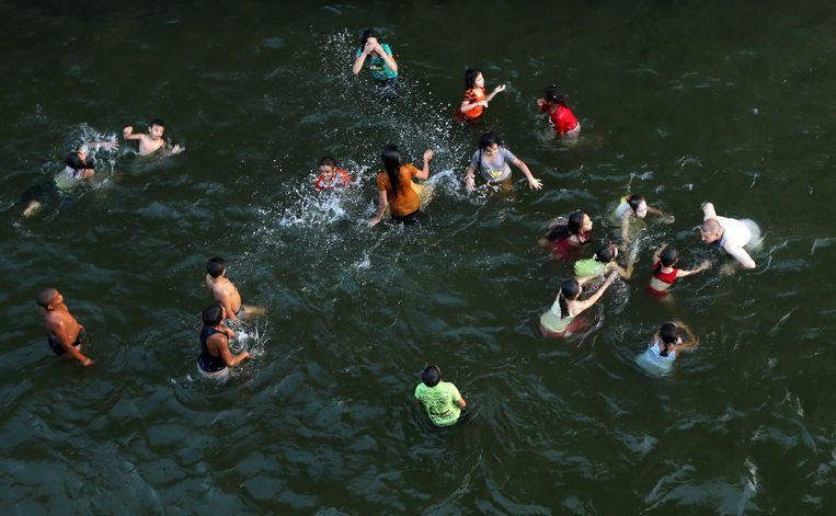 Kinderen zoeken verkoeling in de Nijl.