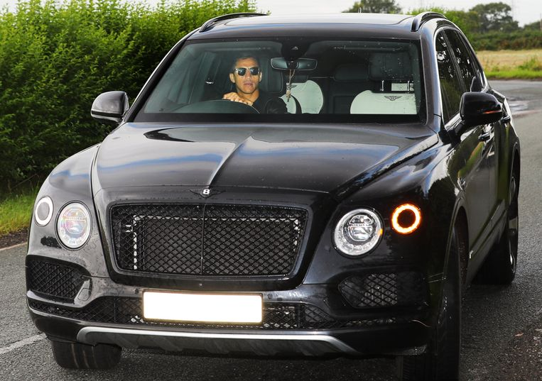 Alexis Sanchez maakt zijn opwachting op de training bij Man United.