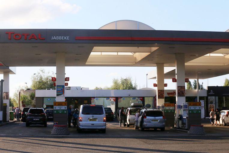 Het Totalstation langs de E40 in Jabbeke. De deals vonden onder meer plaats in de toiletten. Ook in Kalken en Kruibeke was dat het geval.