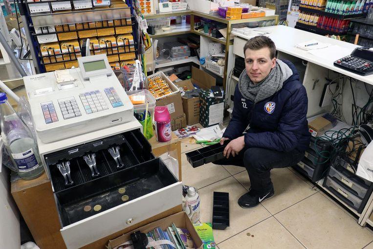 Arne Hoefnagels, voetballer bij ASV Geel, bij een van de opengebroken kassa's in de winkel van zijn ouders.