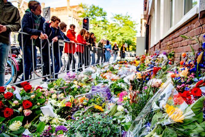 Groeiende bloemenzee bij het kantoor van de doodgeschoten advocaat Derk Wiersum. De raadsman van kroongetuige Nabil B. werd op straat in Amsterdam-Buitenveldert geliquideerd.