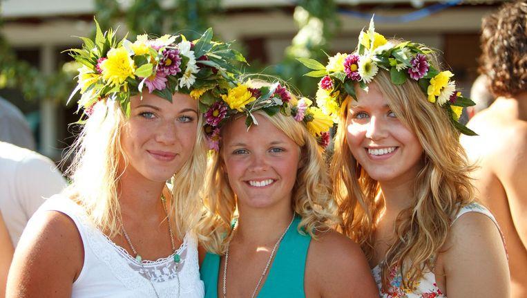 Zet als een Zweedse deerne een bloemenkrans op je hoofd en vier de zomerwende in Amsterdam. Beeld Flickr, Peter Salanki