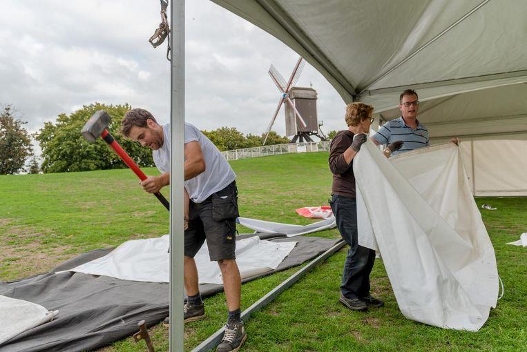 De opbouw van de tenten aan Kruisvest is al in volle gang.