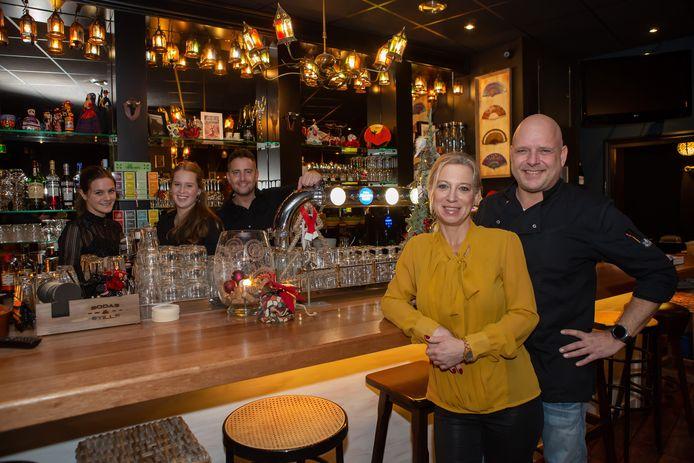 Trudy en Ruud van der Burgt en personeel in hun tapasbar.