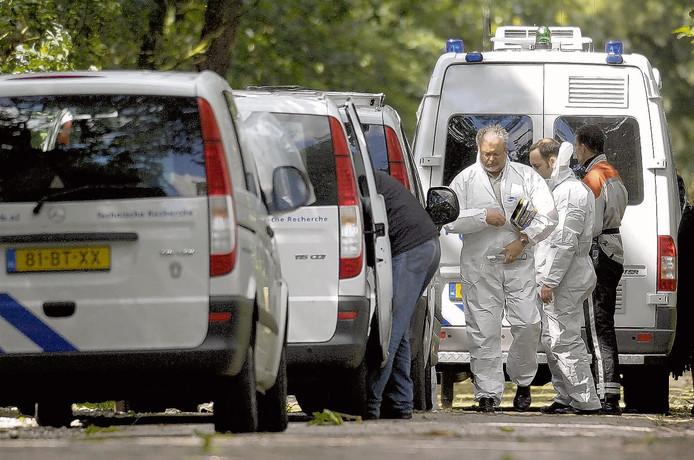 De technische recherche doet onderzoek bij het zomerhuisje  aan de Nederheide in Schijf waar het lichaam van Sheikmoes Sindy in 2007 werd gevonden.