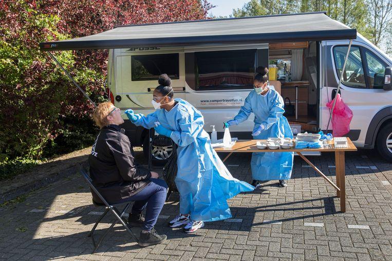 De mobiele testunit van GGD Rotterdam-Rijnmond voert op locatie testen uit, hier op de parkeerplaats van een zorginstelling in Middelharnis. Beeld Arie Kievit