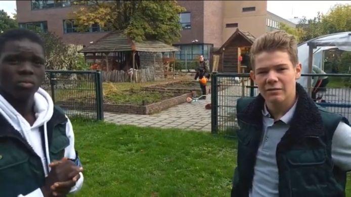 Jean en Stef van het Fioretti College in hun filmpje over de wintermoestuin.