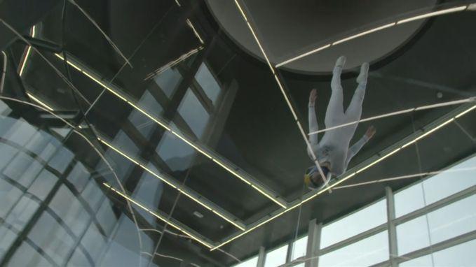 Skydivester toont haar kunsten in windtunnel