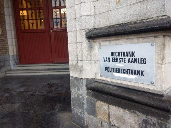 Een slager uit Diksmuide moet zich voor de rechter in Ieper verantwoorden omdat hij hond met een mes doodde.