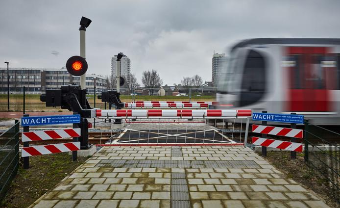 De provincie trekt de knip om de aanleg van het extra stukje van de Hoekse Lijn tussen het nieuwe station Hoek van Holland en het Noordzeestrand mogelijk te maken.