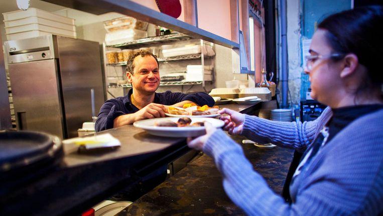 Gerechten worden uitgeserveerd in pizzeria Comet Ping Pong. Beeld Hollandse Hoogte