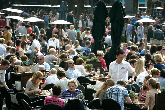 Volle terrassen op de Grote Markt: met name sfeer en gezelligheid zijn redenen waarom Bredanaars hun stad een 8,1 als cijfer geven.