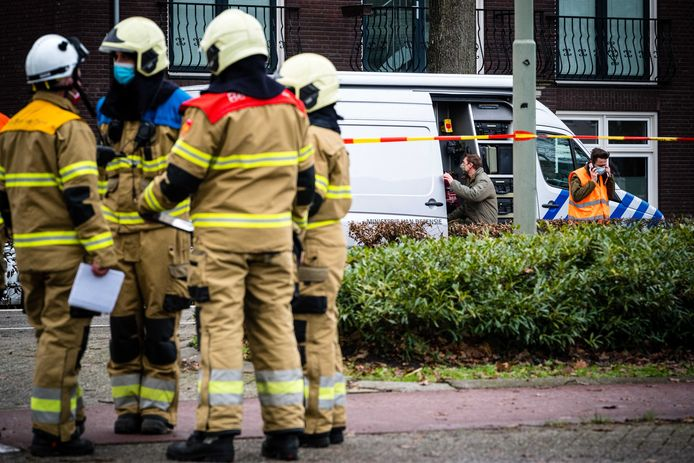 De EOD van Defensie bij een woning aan de Brederodeweg in Boxtel waar een man gewond is geraakt bij een ongeluk met vuurwerk. De politie heeft de woningen in een straal van 50 meter geëvacueerd.