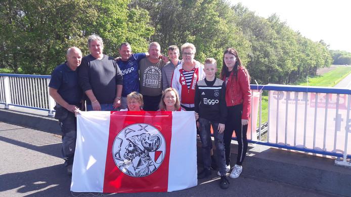 De groep Didammers op het viaduct in Nieuw-Dijk.