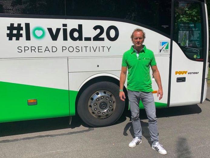 Boris van der Vorst, bij de speciale bus van #lovid_20 .