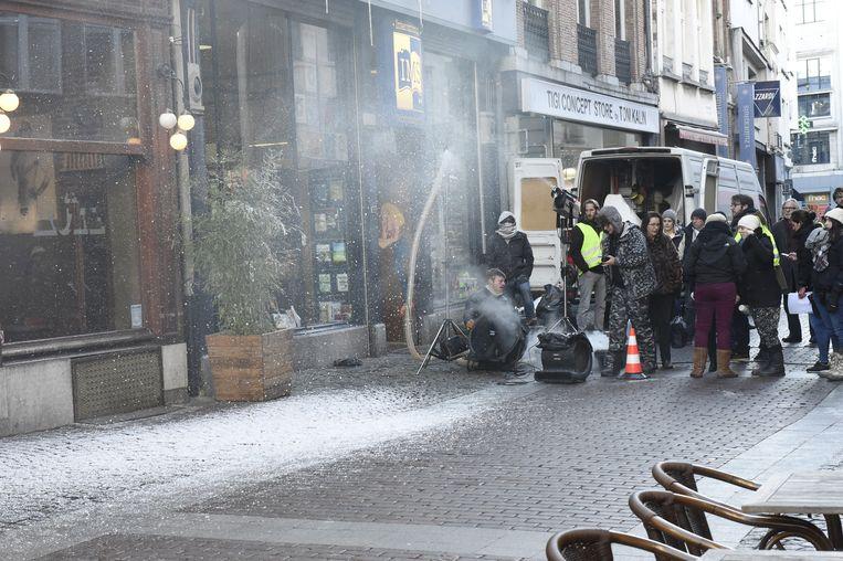 Een filmploeg van de film 'The Toy Gun' laat sneeuw neerdwarrelen voor jazzcafé De Muze.