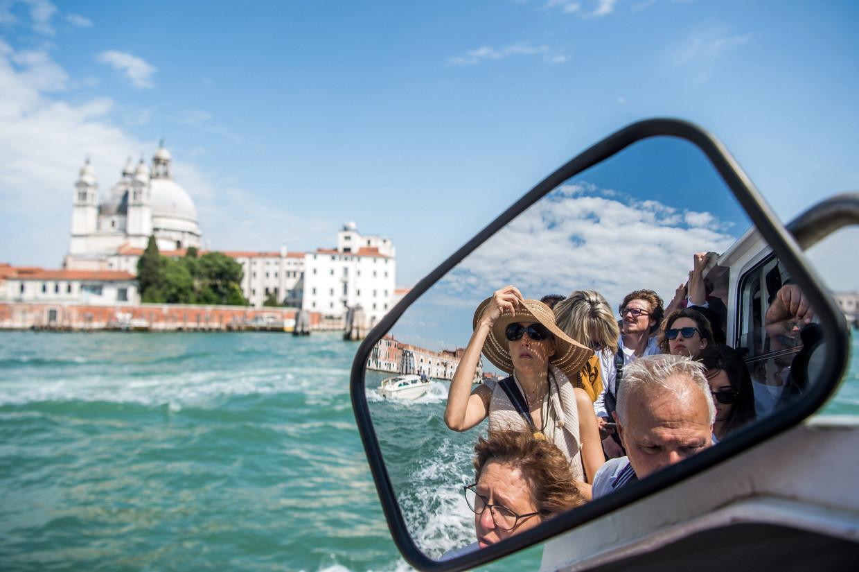 Toeristen in een watertaxi in Venetië,  2018