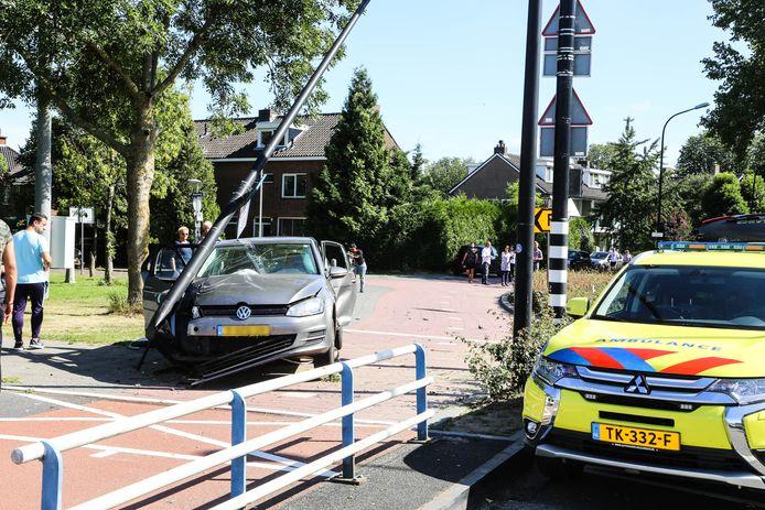 De auto klapte op een verkeerspaal bij de Prins Hendrikbrug in Dordrecht.