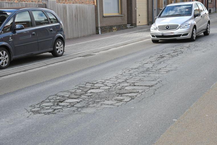 In de Beselarestraat is het wegdek op verschillende plaatsen beschadigd