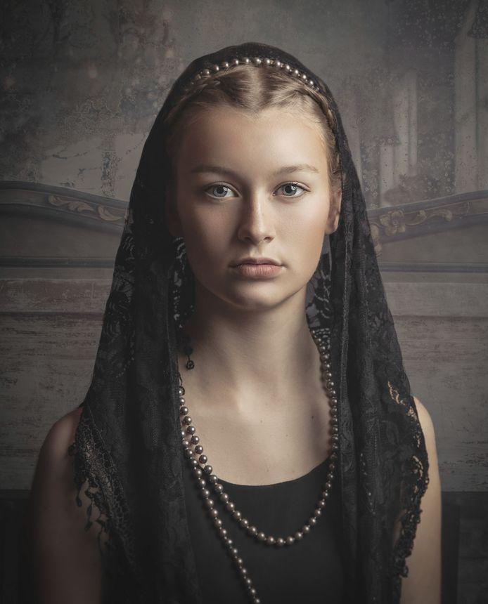 Het portret van Anja van Ast, dat is gekozen uit 40.000 inzendingen. Het model is Tess Hermans.
