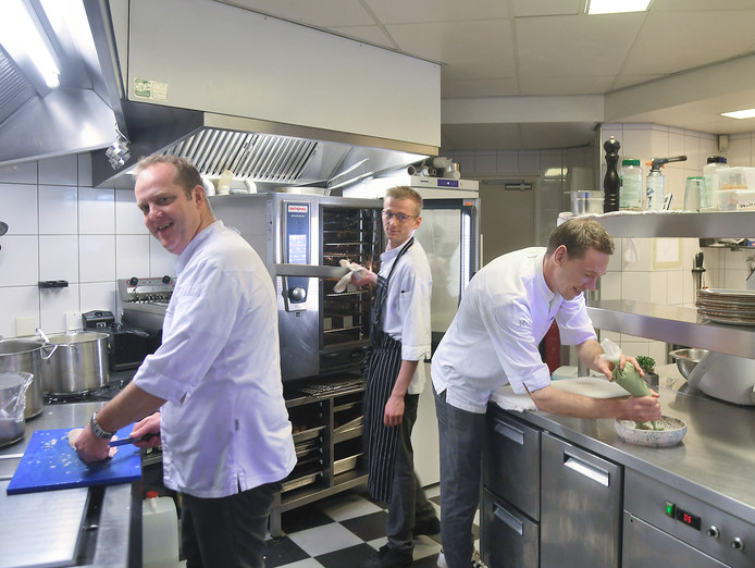 Eigenaar Robert de Jonge, Jeroen van Kessel en Joery Tuin in de keuken.