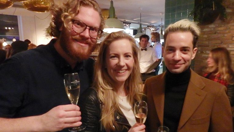 Jean-Paul Schaddé van Dooren (cityguys.nl, links), Telegraafjournalist Sophie Kluivers en dj Valerio Zeno. Kluivers: 'Het is toch eigenlijk gewoon zure wijn met suiker?' Beeld Schuim