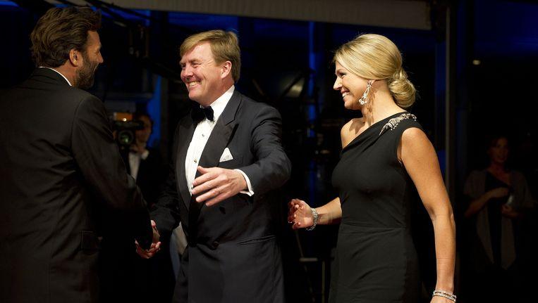 Reinout Oerlemans (l) wordt op de première van Nova Zembla begroet door kroonprins Willem-Alexander en prinses Máxima. Beeld anp