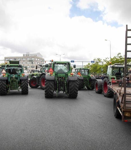 Protesterende boeren rijden met trekkers de A2 op, kilometerslange file