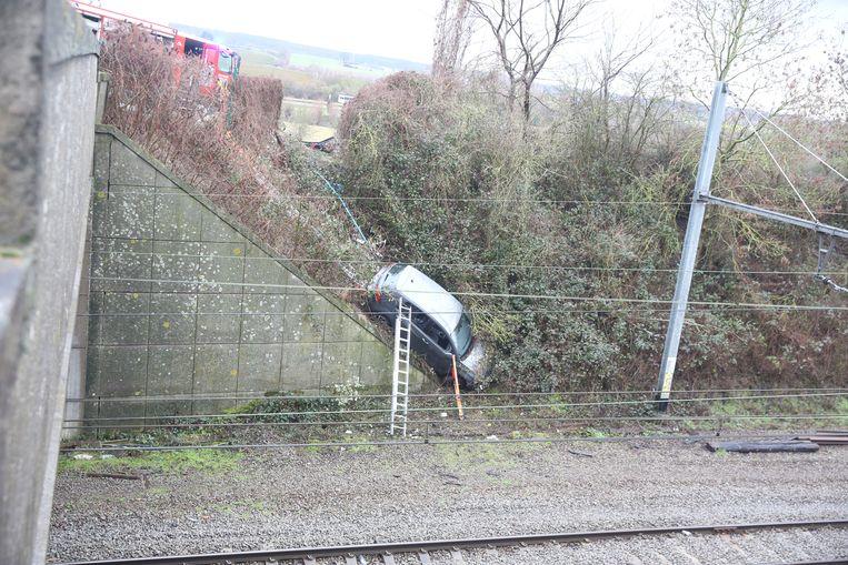 De wagen van de onfortuinlijke chauffeur belandde net naast de treinsporen in Lembeek.