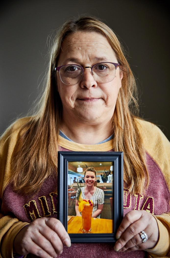 Donee Odegard toont een foto van haar breed lachende dochter: ,,Die lach. Dat was Sarah.''