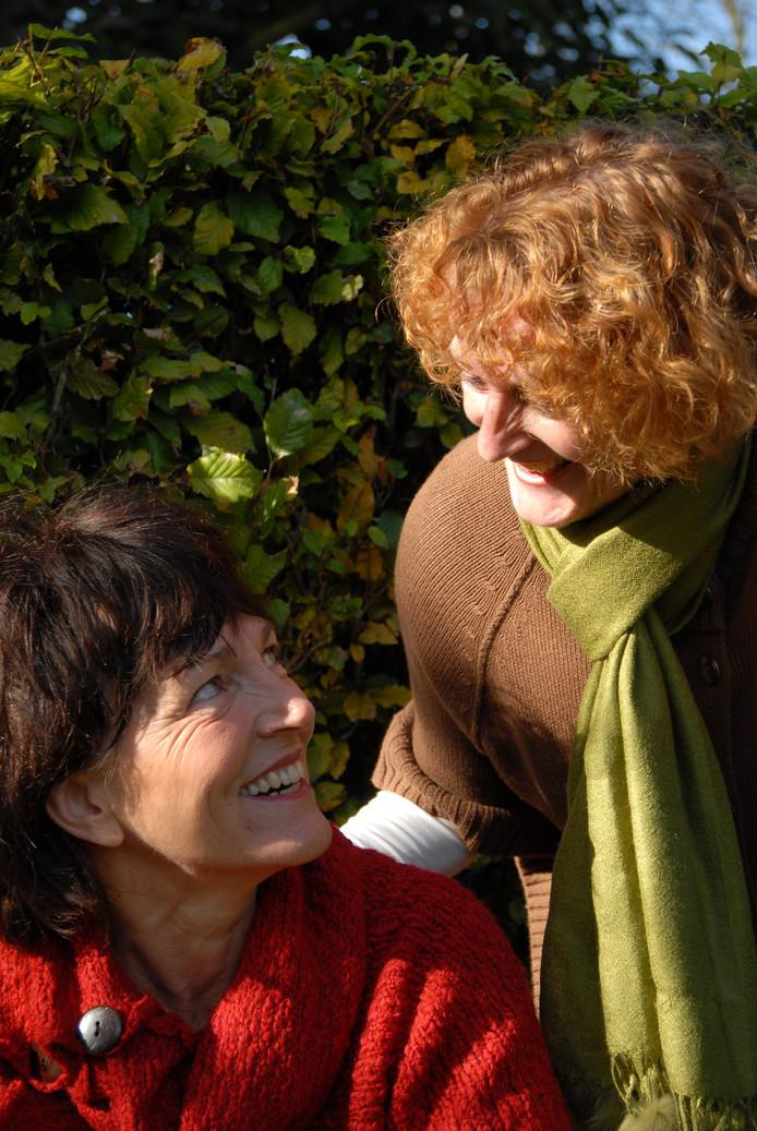 Vertellers Judith Gerritsen (l) en Lisette Oosterbosch lopen drie kerstverhalenwandelingen in Veldhoven.