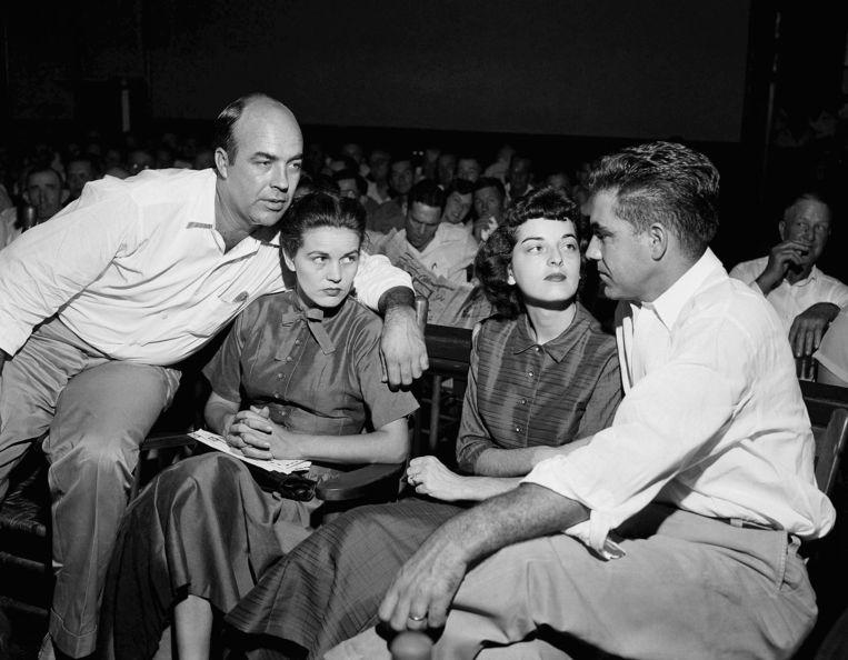 J.W. Milam (links) en Roy Bryant (rechts) tijdens het proces tegen hen wegens de moord op Emmett Till in 1955. Die zou Carolyn Bryant (derde van rechts) hebben lastiggevallen. Beeld AP