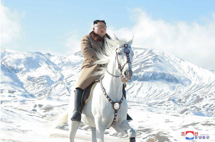 De opperbevelhebber van de Noord-Koreaanse strijdkrachten te paard.