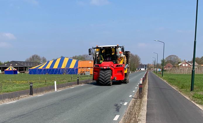 De Esbeekseweg in Hilvarenbeek is te smal geworden, zo merken verschillende bedrijven in de omgeving.