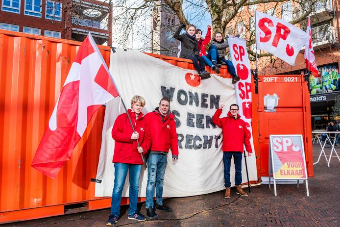 Jong SP voert actie voor recht op wonen. Iris van de Kolk, Lies van Aelst, Daniel Boer, Anne Cramer, Francis Wobben, Tim van Elswijk en Sam Groennou.
