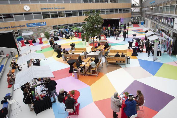 Een open dag op het ROC in Almelo, januari dit jaar, toen aankomende studenten nog gewoon welkom waren.