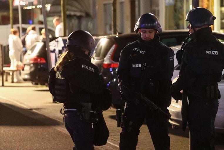 Politieagenten zetten de omgeving af.