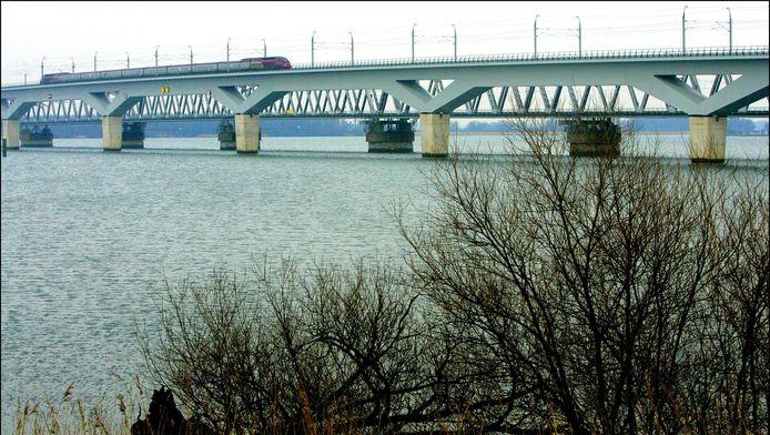 Op de 24 meter hoge brug over het Hollandsch Diep heeft de wind volgens ProRail 'vrij spel'.