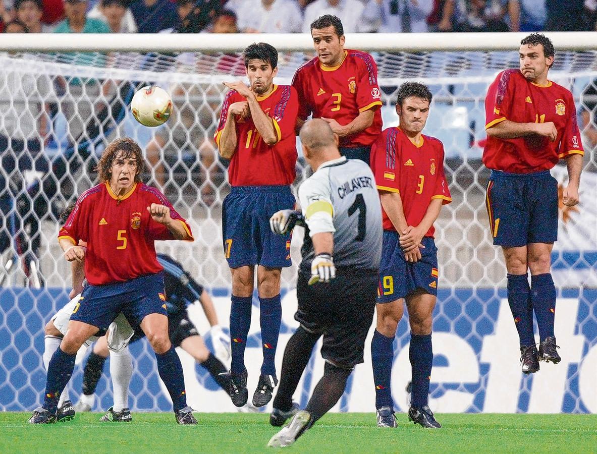 José Luis Chilavert probeert voor Paraguay op het WK van 2002 uit een vrije trap te scoren tegen Spanje.