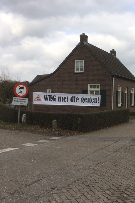 Boosheid om verdwenen anti-geitenspandoeken in Bakel