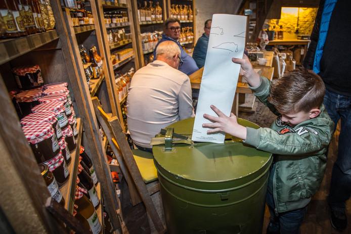 Kiezers brengen in een stembureau hun stem uit voor de Tweede Kamerverkiezingen.