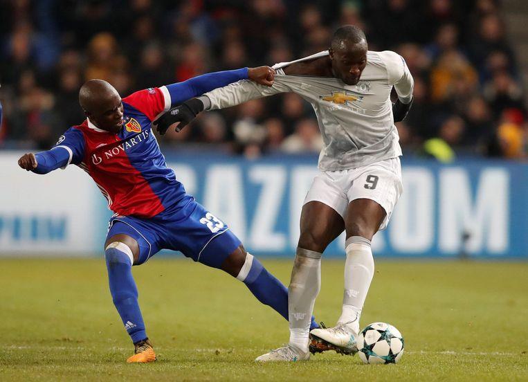Eder Balanta probeert Lukaku van de bal te zetten.