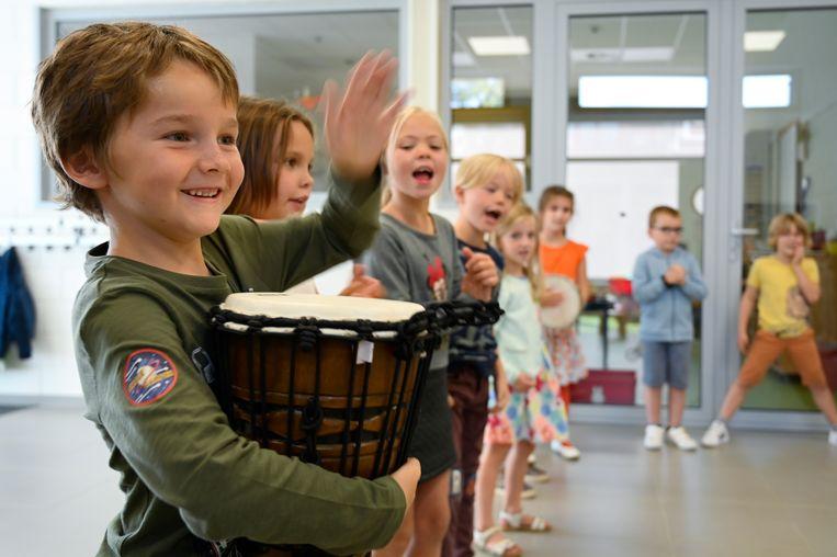 De kinderen van De Minnestraal kunnen dankzij Kunstkuur onder andere allerlei instrumenten uitproberen.